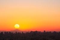 東京都心のビル群と夕日、富士山 11076005420| 写真素材・ストックフォト・画像・イラスト素材|アマナイメージズ