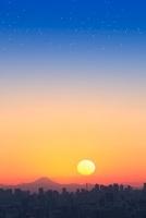 東京都心のビル群と夕日、富士山 11076005425| 写真素材・ストックフォト・画像・イラスト素材|アマナイメージズ