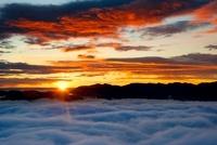 破風山からの秩父山地の日の出と雲海