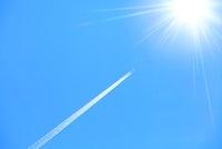 ヒコウキ雲と太陽