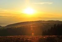 霧ヶ峰高原より夕日 11076006378| 写真素材・ストックフォト・画像・イラスト素材|アマナイメージズ