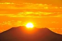 霧ヶ峰高原より御嶽山に沈む夕日 11076006522| 写真素材・ストックフォト・画像・イラスト素材|アマナイメージズ