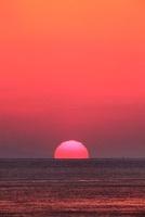 瀬戸内海に沈む夕日 11076007253| 写真素材・ストックフォト・画像・イラスト素材|アマナイメージズ