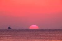 瀬戸内海に沈む夕日 11076007254| 写真素材・ストックフォト・画像・イラスト素材|アマナイメージズ
