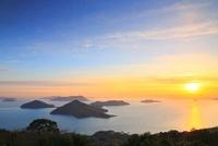 紫雲出山から望む粟島と朝日