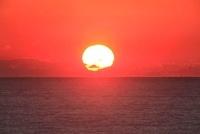 水平線と夕日 11076007579| 写真素材・ストックフォト・画像・イラスト素材|アマナイメージズ