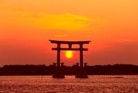 浜名湖・弁天島の夕日  11076007624| 写真素材・ストックフォト・画像・イラスト素材|アマナイメージズ