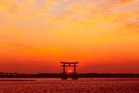 浜名湖・弁天島の夕日 11076007627| 写真素材・ストックフォト・画像・イラスト素材|アマナイメージズ