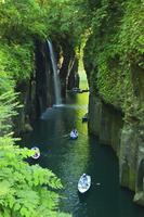 高千穂峡 真名井の滝と手こぎボート 11076008009| 写真素材・ストックフォト・画像・イラスト素材|アマナイメージズ
