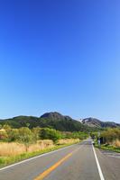 やまなみハイウェイ 長者原から望むくじゅう連山 11076008130| 写真素材・ストックフォト・画像・イラスト素材|アマナイメージズ