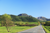 やまなみハイウェイ 長者原から望むくじゅう連山 11076008131| 写真素材・ストックフォト・画像・イラスト素材|アマナイメージズ