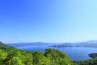 甲岳台より新緑の十和田湖と八甲田山