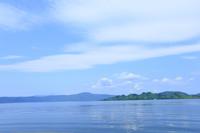 湖面と青空