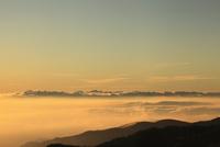 美ヶ原高原より朝焼けの雲海を望む