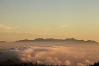 美ヶ原高原より朝焼けの北信の山並みと雲海を望む