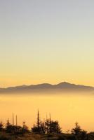 美ヶ原高原より朝焼けの浅間山と雲海を望む