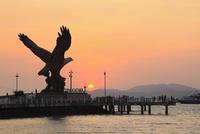 イーグル・スクエアとクア湾に沈む夕日