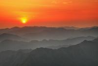 玉置山から望む山並みと夕日