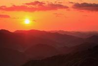 虎ヶ峰峠から望む山並みと夕日 11076009455| 写真素材・ストックフォト・画像・イラスト素材|アマナイメージズ