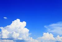 夏空と雲 11076009783| 写真素材・ストックフォト・画像・イラスト素材|アマナイメージズ