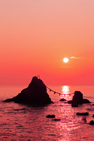夫婦岩と朝日 二見浦 11076009819  写真素材・ストックフォト・画像・イラスト素材 アマナイメージズ