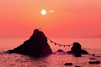 夫婦岩と朝日 二見浦 11076009820  写真素材・ストックフォト・画像・イラスト素材 アマナイメージズ