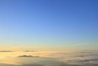 朝焼けの雲海と山並み