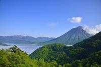 雲海の中禅寺湖と男体山