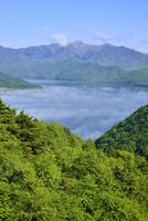 雲海の中禅寺湖と白根山 11076010378| 写真素材・ストックフォト・画像・イラスト素材|アマナイメージズ