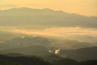 本白根山から雲海下の草津温泉街を望む
