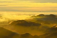 中間平から東南方向を望む 雲海の山並みと市街地