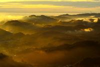 中間平から東南方向を望む 雲海の山並みと埼玉新都心
