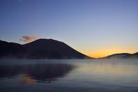 男体山の夜明けと霧の中禅寺湖