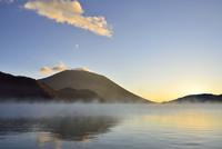 男体山の夜明けと霧の中禅寺湖 11076010663| 写真素材・ストックフォト・画像・イラスト素材|アマナイメージズ