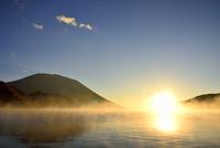霧の中禅寺湖と朝日に男体山