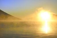 霧の中禅寺湖と朝日