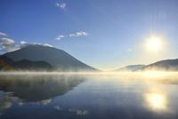 霧の中禅寺湖と朝日に男体山 11076010675| 写真素材・ストックフォト・画像・イラスト素材|アマナイメージズ