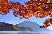 紅葉の中禅寺湖と朝霧に男体山