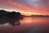朝焼けの桧原湖 11076010873| 写真素材・ストックフォト・画像・イラスト素材|アマナイメージズ