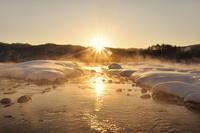 朝日と雪の清流