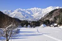 雪の青鬼集落と北アルプス・五竜岳