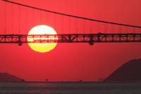 瀬戸内海 瀬戸大橋と夕日 11076011078| 写真素材・ストックフォト・画像・イラスト素材|アマナイメージズ