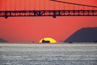 瀬戸内海 瀬戸大橋と夕日 11076011079| 写真素材・ストックフォト・画像・イラスト素材|アマナイメージズ