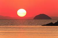 瀬戸内海 円上島と夕日 11076011237| 写真素材・ストックフォト・画像・イラスト素材|アマナイメージズ