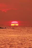 瀬戸内海の夕日 11076011239| 写真素材・ストックフォト・画像・イラスト素材|アマナイメージズ