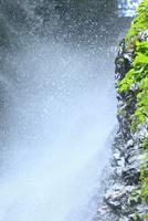 安居渓谷 水しぶきと岩肌