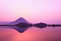 讃岐富士・飯野山と宮池の朝景