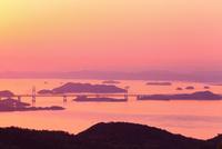 瀬戸内海と瀬戸大橋の夕景