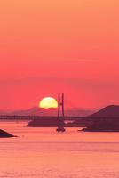 瀬戸内海 瀬戸大橋と夕日