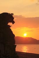 七里御浜の獅子岩と朝日